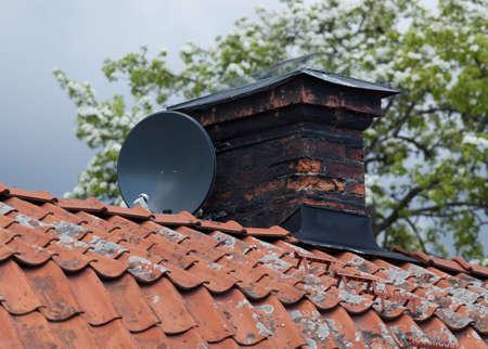 antena parabolica: Antena parabólica antena en azoteas viejas desgastadas.