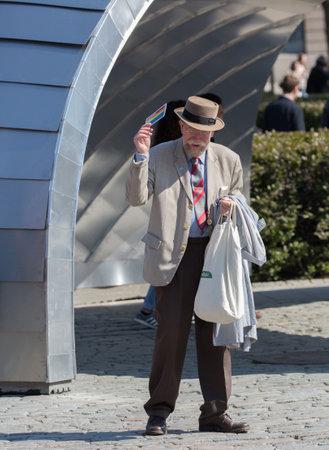 poner atencion: ESTOCOLMO SVERIGE; 4 maj 2016. Un hombre mayor hermoso, acaba de recibir una postal de PostNord en Suecia, esto es prestar atenci�n a la liberaci�n de un nuevo sello. Editorial