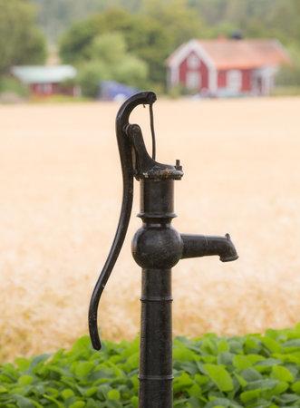 bomba de agua: VADSTENA SUECIA 26 de julio de 2016. Una bomba de agua vieja t�pica en el pa�s que probablemente no se utiliza m�s, Editorial