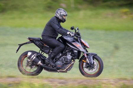 TROSA 스웨덴 6 월 22 일, 2017입니다. 높은 속도로 운전하는 KTM 오토바이. 에디토리얼