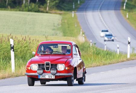 TULLGARN スウェーデン 2017 年 7 月 13 日。サーブ 96、1975 年。スウェーデン国道路上で運転。