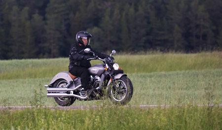 TROSA 스웨덴 6 월 22 일, 2017입니다. 인도 오토바이 높은 속도로 운전입니다.