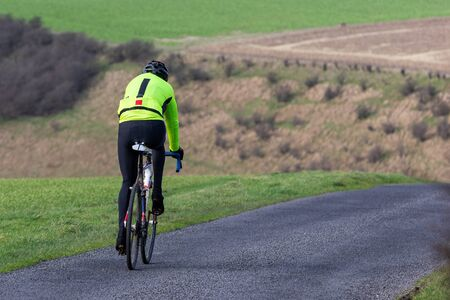 Lone cyclist in the Yorkshire Wolds 版權商用圖片