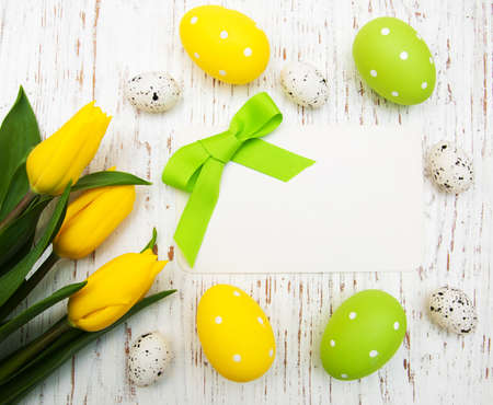 card with fresh flowers tulips and easter eggs Imagens