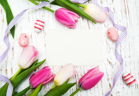 card with fresh flowers tulips and easter eggs Standard-Bild