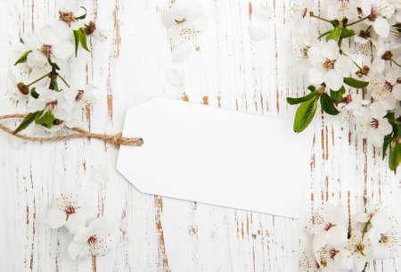 hojas antiguas: primavera flor de cerezo con la tarjeta en un fondo de madera