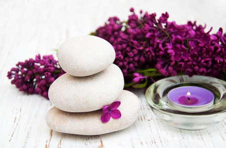 스파 개념 - 마사지 돌, 촛불, 라일락 꽃