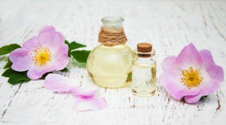 mujer perro: aceite esencial en botellas de vidrio con el perro de flores color de rosa