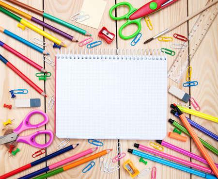 fournitures scolaires: Notebook avec des fournitures scolaires sur un fond de bois