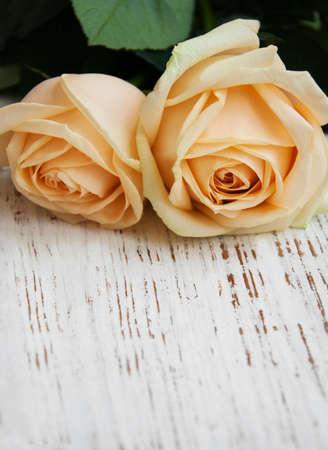 ramo de flores: Dos Rosas en una mesa de madera vieja
