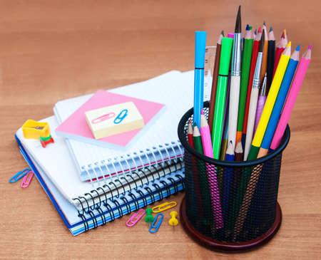 utiles escolares: Fuentes de escuela en un fondo de madera vieja