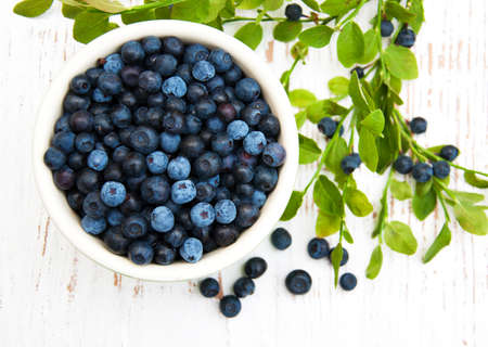 Bowl with Blueberries on a old wooden background Foto de archivo