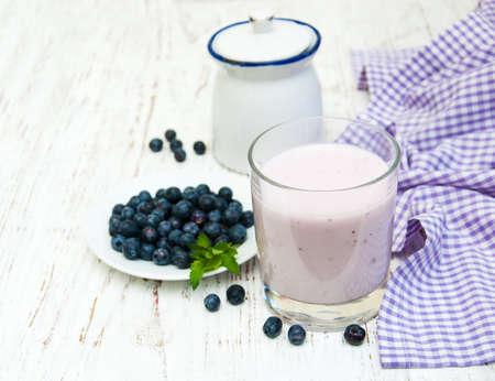 yogur: fresca yogur de frutas con arándanos en vidrio