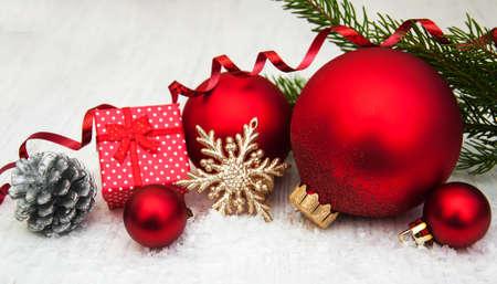cajas navide�as: decoraci�n de adornos de Navidad y una rama de �rbol de pino Foto de archivo