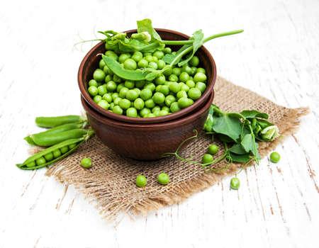alimentos saludables: Taz�n con guisantes frescos en un fondo de madera