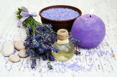 the candle: Lavender, sea salt and candle on a wooden background Archivio Fotografico