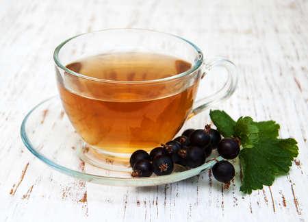 一杯の紅茶と木製の背景に黒のスグリ 写真素材 - 47556803