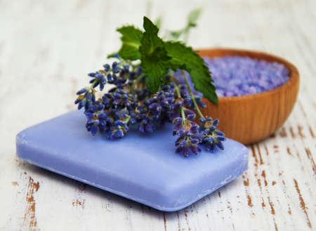 espliego: Productos del balneario y flores de lavanda en un fondo de madera vieja