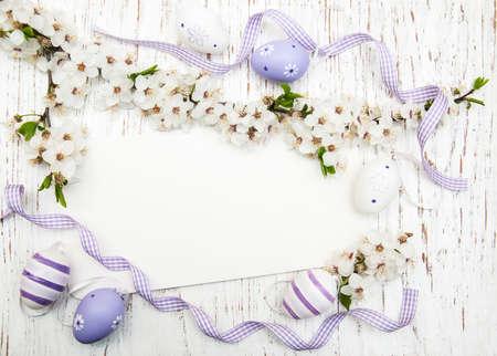 arbol de pascua: tarjeta de felicitaci�n de Pascua con las cerezas en flor y los huevos