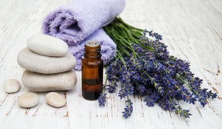 massage huile: Lavande et huile de massage sur un vieux fond en bois