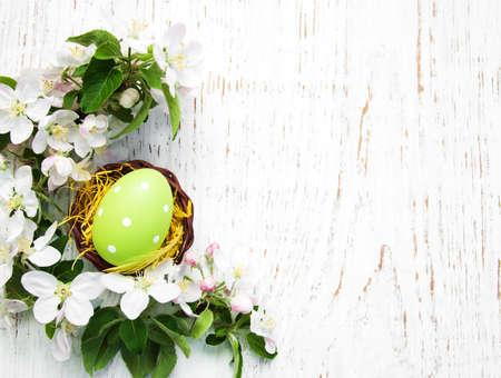 イースターの卵と春のリンゴの花巣