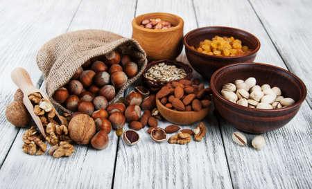 verschillende soorten noten op een oude houten tafel Stockfoto