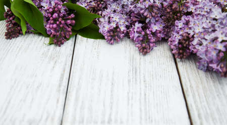 Lilac flowers on a old wooden background Imagens - 58399801