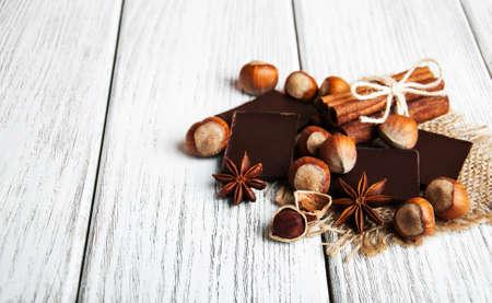 古い木製のテーブル上のナッツとチョコレート