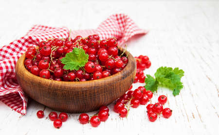 fresh red currant on a old wooden table Standard-Bild