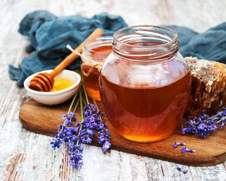 나무 테이블에 꿀, 라벤더 꽃 스톡 콘텐츠