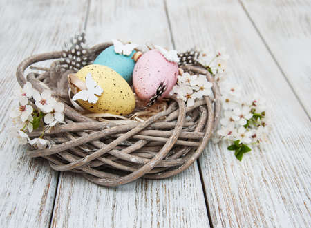 Easter eggs and spring  blossom on a old wooden background Standard-Bild