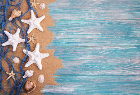Fishing net with starfish on a  wooden  background Banque d'images - 99652527