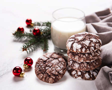 Christmas crackled chocolate cookies on a old wooden table Banque d'images