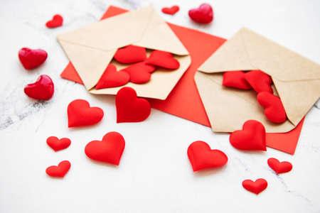 Fond romantique de la Saint-Valentin - enveloppes avec des coeurs décoratifs sur fond de marbre
