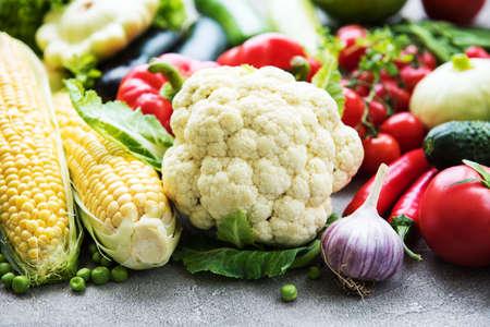 Hintergrund der gesunden Ernährung - verschiedenes rohes Gemüse