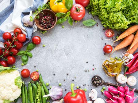 Verduras frescas de verano sobre un fondo de hormigón Foto de archivo