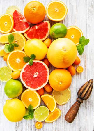 Verse citrusvruchten op een oude houten achtergrond