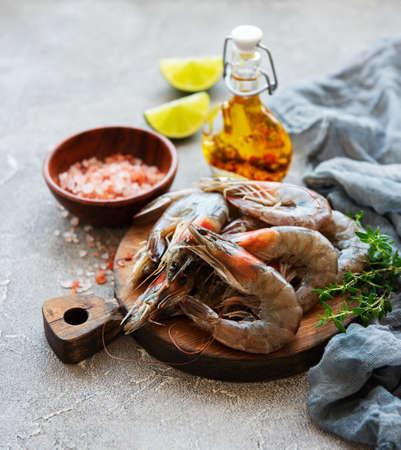 Crevettes crues fraîches et épices sur fond de béton gris