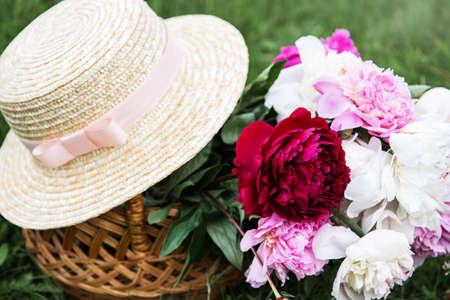 Hermoso ramo de flores de peonía brillantes en canasta Foto de archivo