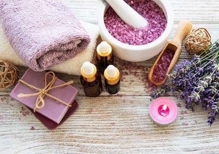 Lavendelblüten und Naturkosmetik auf altem Holzhintergrund