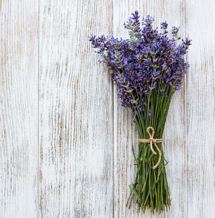 Fresh flowers of lavender bouquet on a white wooden background Stockfoto