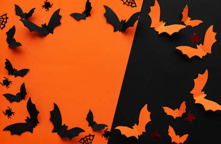 concetto di vacanze - decorazioni di carta di halloween con spazio vuoto per copia su sfondo arancione e nero