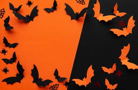 Feiertagskonzept - Halloween-Papierdekorationen mit leerem Kopienraum über orange und schwarzem Hintergrund