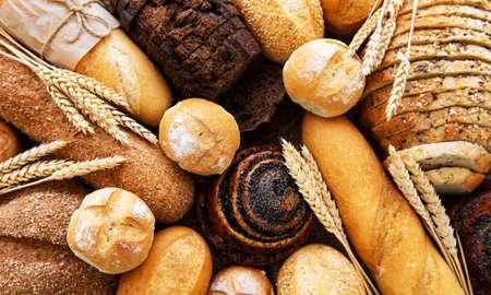 Assortiment van gebakken brood als voedselachtergrond Stockfoto