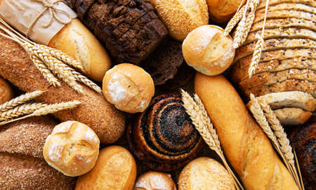 Surtido de pan horneado como fondo de alimentos Foto de archivo