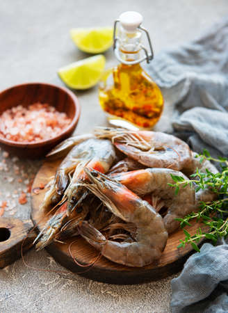Fresh raw  prawns and spices on  grey concrete background Banque d'images