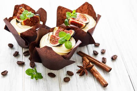 Cupcakes with figs  on a white wooden background Archivio Fotografico - 133224285