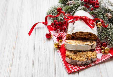 Christstollen auf hölzernem Hintergrund. Traditionelles weihnachtliches festliches Gebäckdessert. Stollen zu Weihnachten.