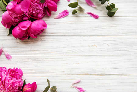 Background with pink peonies on old wooden board Banque d'images