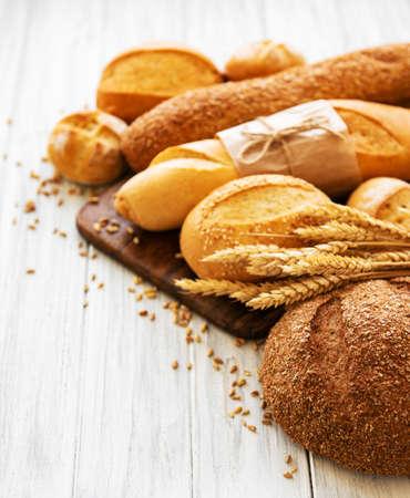 assortiment de pain cuit sur fond de bois blanc Banque d'images